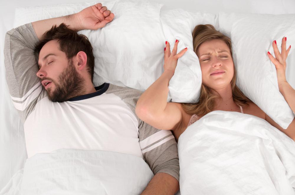 Mann schnarcht, Frau kann nicht schlafen